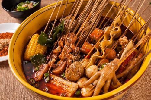 东北人抢走了四川人的麻辣烫,而麻辣烫养活了一个火锅料行业!